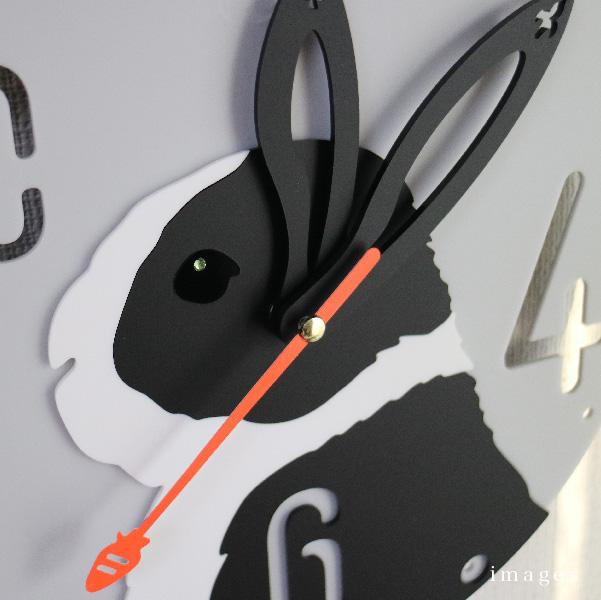 画像1: うさぎの時計<ラウンドフレーム>ダッチ柄 (1)